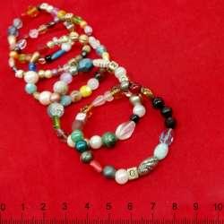браслет из разноцветных бусин на резинке