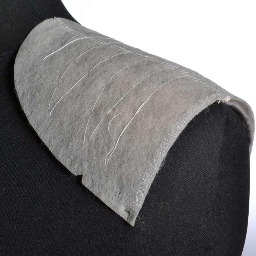 плечевые накладки для трикотажных изделий серые из нетканного материала  3 слоя